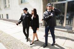 Empresaria joven Walking On Sidewalk fotos de archivo