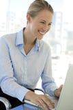 Empresaria joven At Workplace Imágenes de archivo libres de regalías