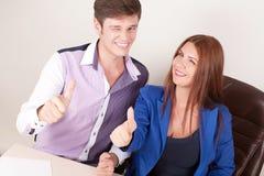 Empresaria joven y hombre de negocios sonrientes aislados sobre el fondo blanco Imagenes de archivo