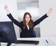 Empresaria jubilosa en oficina Imagen de archivo