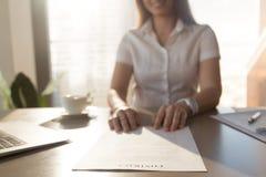 Empresaria la tabla con el documento del contrato fotos de archivo