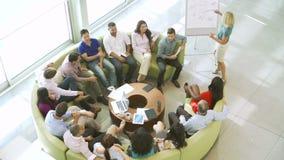 Empresaria Leading Brainstorming Session con los colegas almacen de metraje de vídeo