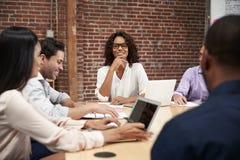 Empresaria Leading Office Meeting de los colegas que se sientan alrededor de la tabla fotografía de archivo libre de regalías