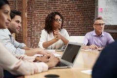 Empresaria Leading Office Meeting de los colegas que se sientan alrededor de la tabla imagen de archivo libre de regalías