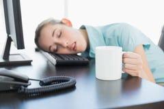 Empresaria linda que se sienta en su tomar una siesta de la silla de eslabón giratorio Imagen de archivo libre de regalías