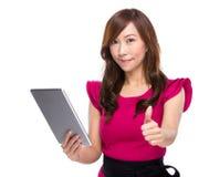 Empresaria madura con la tableta y el pulgar digitales para arriba imágenes de archivo libres de regalías