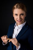 Empresaria madura confiada en el desgaste formal que sostiene el lápiz y que mira la cámara Imagen de archivo libre de regalías