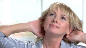 Empresaria madura que da masajes a su cuello almacen de metraje de vídeo