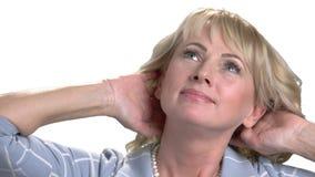 Empresaria madura que frota su cuello almacen de metraje de vídeo