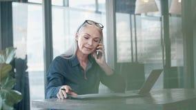 Empresaria madura que trabaja en su escritorio de oficina metrajes