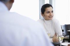 Empresaria With Male Colleague en restaurante Imagen de archivo libre de regalías