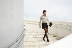 Empresaria moderna de moda que camina abajo de las escaleras Imagen de archivo libre de regalías