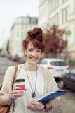 Empresaria moderna feliz en una calle Fotografía de archivo