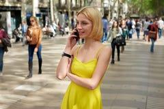 Empresaria moderna que tiene conversación telefónica de la célula al aire libre Imagen de archivo libre de regalías