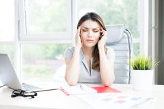 Empresaria moderna Suffering del dolor de cabeza foto de archivo libre de regalías