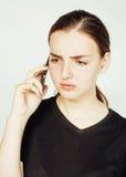 Empresaria morena bastante real de los jóvenes que habla en el teléfono, teniendo mún cierre de la conversación para arriba, conc Fotos de archivo