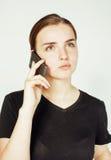 Empresaria morena bastante real de los jóvenes que habla en el teléfono, teniendo mún cierre de la conversación para arriba, conc Foto de archivo libre de regalías