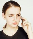 Empresaria morena bastante real de los jóvenes que habla en el teléfono, teniendo mún cierre de la conversación para arriba, conc Imagen de archivo