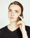 Empresaria morena bastante real de los jóvenes que habla en el teléfono, teniendo mún cierre de la conversación para arriba, conc Imagenes de archivo