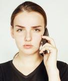 Empresaria morena bastante real de los jóvenes que habla en el teléfono, teniendo mún cierre de la conversación para arriba, conc Fotografía de archivo libre de regalías