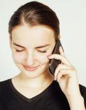 Empresaria morena bastante real de los jóvenes que habla en el teléfono, teniendo mún cierre de la conversación para arriba, conc Fotografía de archivo