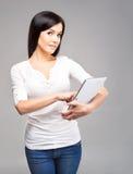 Empresaria morena joven que sostiene una tableta Imagenes de archivo