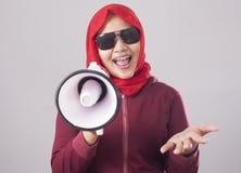 Empresaria musulmán Calling u ofrecimiento algo con el megáfono, concepto del márketing de publicidad imagenes de archivo