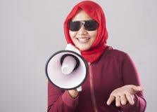 Empresaria musulmán Calling u ofrecimiento algo con el megáfono, concepto del márketing de publicidad fotografía de archivo libre de regalías