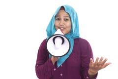 Empresaria musulmán Calling u ofrecimiento algo con Megaphon fotografía de archivo