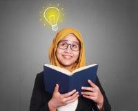 Empresaria musulmán Reading Book Fotografía de archivo