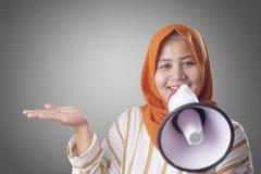 Empresaria musulm?n Calling u ofrecimiento algo con el meg?fono, concepto del m?rketing de publicidad imágenes de archivo libres de regalías