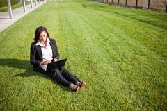 Empresaria negra con la computadora portátil Fotos de archivo libres de regalías