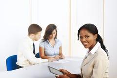 Empresaria negra con una PC de la tablilla Imagen de archivo libre de regalías