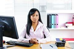 Empresaria negra en el escritorio Imágenes de archivo libres de regalías