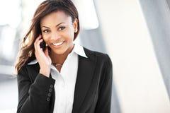 Empresaria negra en el teléfono Imagen de archivo libre de regalías