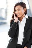 Empresaria negra en el teléfono Imágenes de archivo libres de regalías