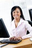 Empresaria negra feliz en el escritorio Foto de archivo libre de regalías