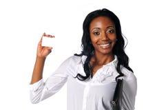 Empresaria negra joven que sostiene una tarjeta en blanco Imágenes de archivo libres de regalías