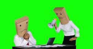 Empresaria no identificada que regaña a su trabajador en el escritorio