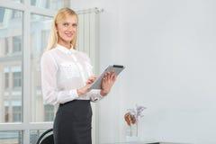 Empresaria o empresario acertada que toma notas en tableta foto de archivo libre de regalías
