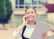 Empresaria o empresario que toma notas y que habla en el teléfono móvil Foto de archivo