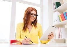 Empresaria o estudiante sonriente con PC de la tableta Imagenes de archivo