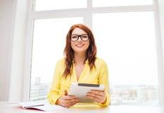Empresaria o estudiante sonriente con PC de la tableta Fotografía de archivo