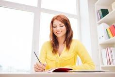 Empresaria o estudiante sonriente con PC de la tableta Imágenes de archivo libres de regalías