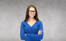 Empresaria o estudiante sonriente en vidrios Fotos de archivo