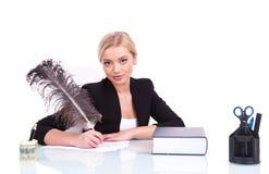 Empresaria o profesor joven que trabaja en su escritorio Imagenes de archivo