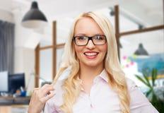 Empresaria o secretaria sonriente en oficina Fotografía de archivo libre de regalías