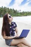 Empresaria ocasional que trabaja en la playa foto de archivo libre de regalías