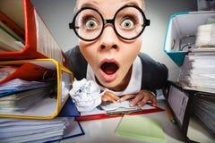 Empresaria pensativa loca del contable imágenes de archivo libres de regalías