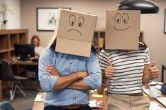 Empresaria positiva y cara negativa de la cubierta del hombre con el cardb fotos de archivo